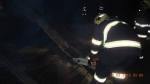 Zásah hasičů ve Sloupu v Čechách, kde silný vítr utrhl plechovou střechu
