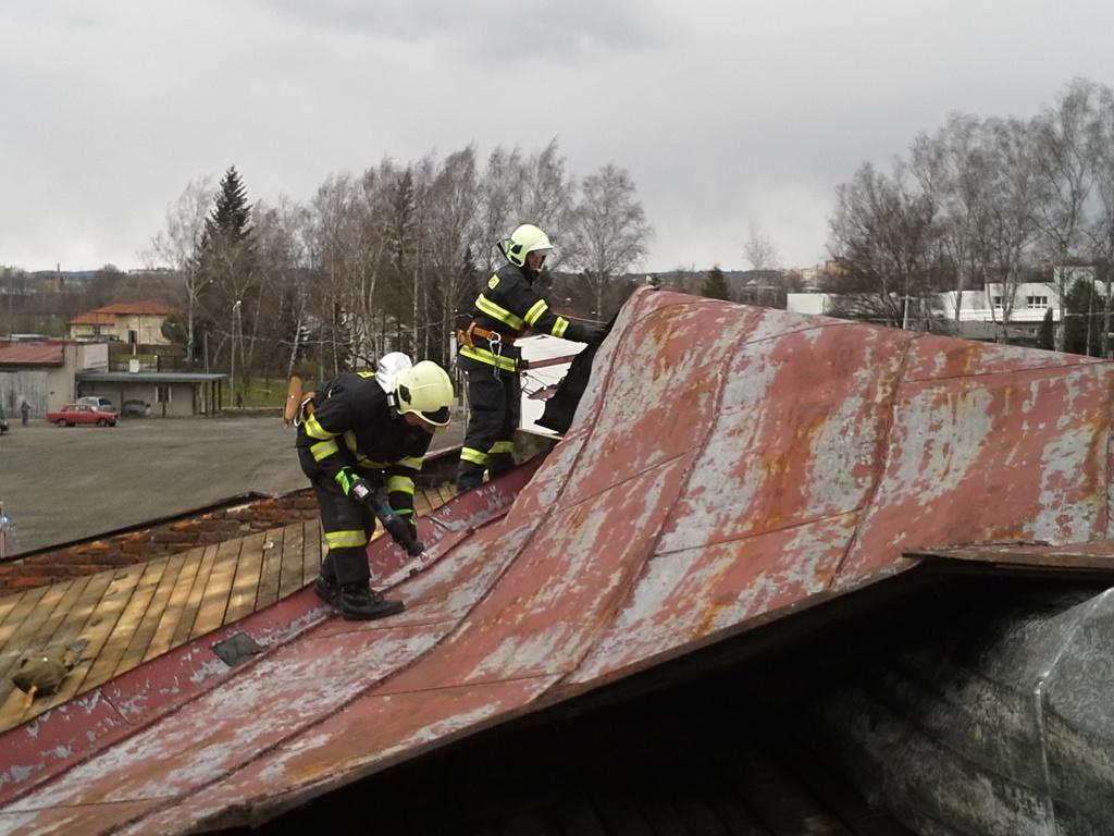 Turnovští hasiči při odstraňování stromů a zajišťování střechy<br>Autor: HZS Libereckého kraje, stanice Turnov