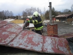 Turnovští hasiči při odstraňování stromů a zajišťování střechy
