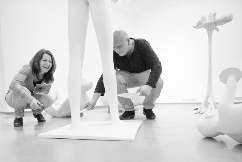 Výstava sochaře Michala Gabriela v Městské galerii Vlastimila Rady v Železném Brodě - instalace výstavy<br />Autor: Petr Červa