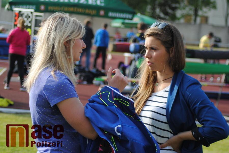 Olympijská vítězka ve snowboardcrossu Eva Samková v rozhovoru s lyžařkou a biatlonistkou Lucií Charvátovou