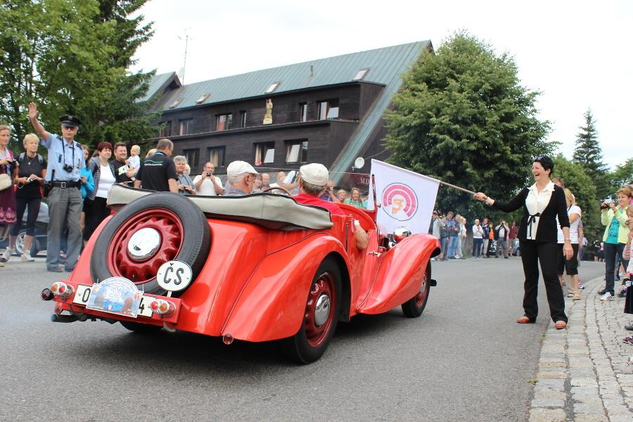 Start 1. etapy závodu od harrachovské radnice v rámci 34. Evropského srazu přátel historických vozů Aero