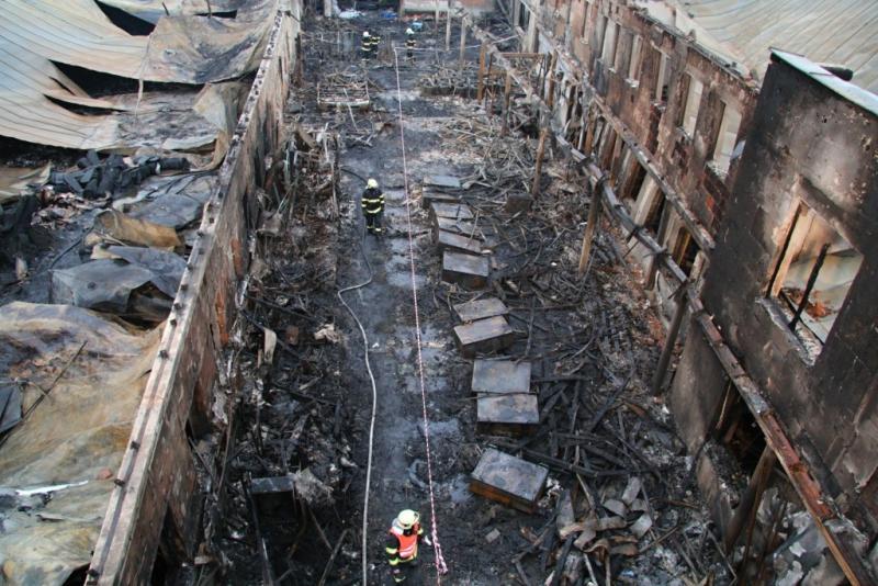 Likvidace následků rozsáhlého požáru v průmyslovém areálu v Turnově<br />Autor: HZS Libereckého kraje, Zdenka Štrauchová
