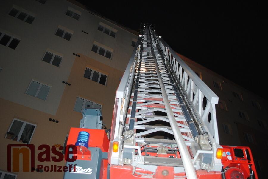 Požár na střeše paneláku v ulici Luční v Semilech<br />Autor: Petr Ježek