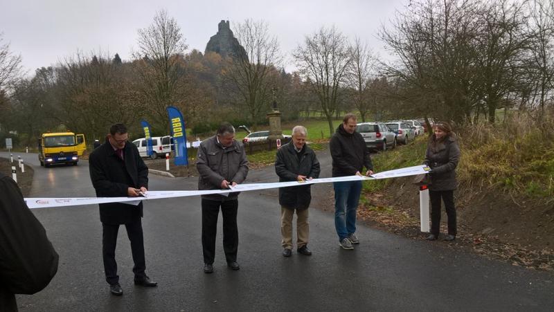 Slavnostní stříhání pásky při otevření silnice v Troskovicích<br />Autor: Archiv KÚ Libereckého kraje