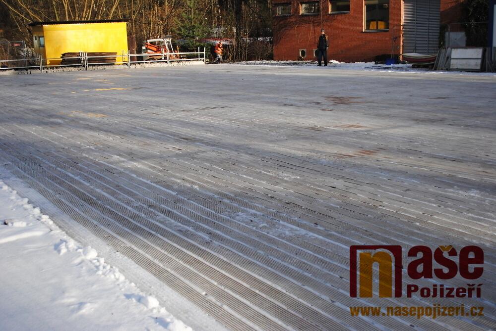 Průběh stavění mobilního ledového kluziště v Semilech<br />Autor: Petr Ježek
