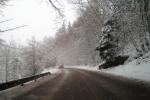 Jízda autem v kopci nad Bradleckou Lhotou u Lomnice nad Popelkou