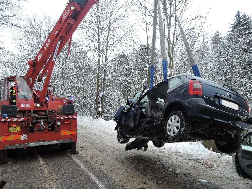 Nehoda osobního auta s autobusem v Bořkově u Semil<br />Autor: Archiv HZS Libereckého kraje, stanice Semily