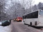 Nehoda osobního auta s autobusem v Bořkově u Semil