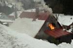 Zásah hasičů při požáru roubené chalupy v Jablonci nad Jizerou