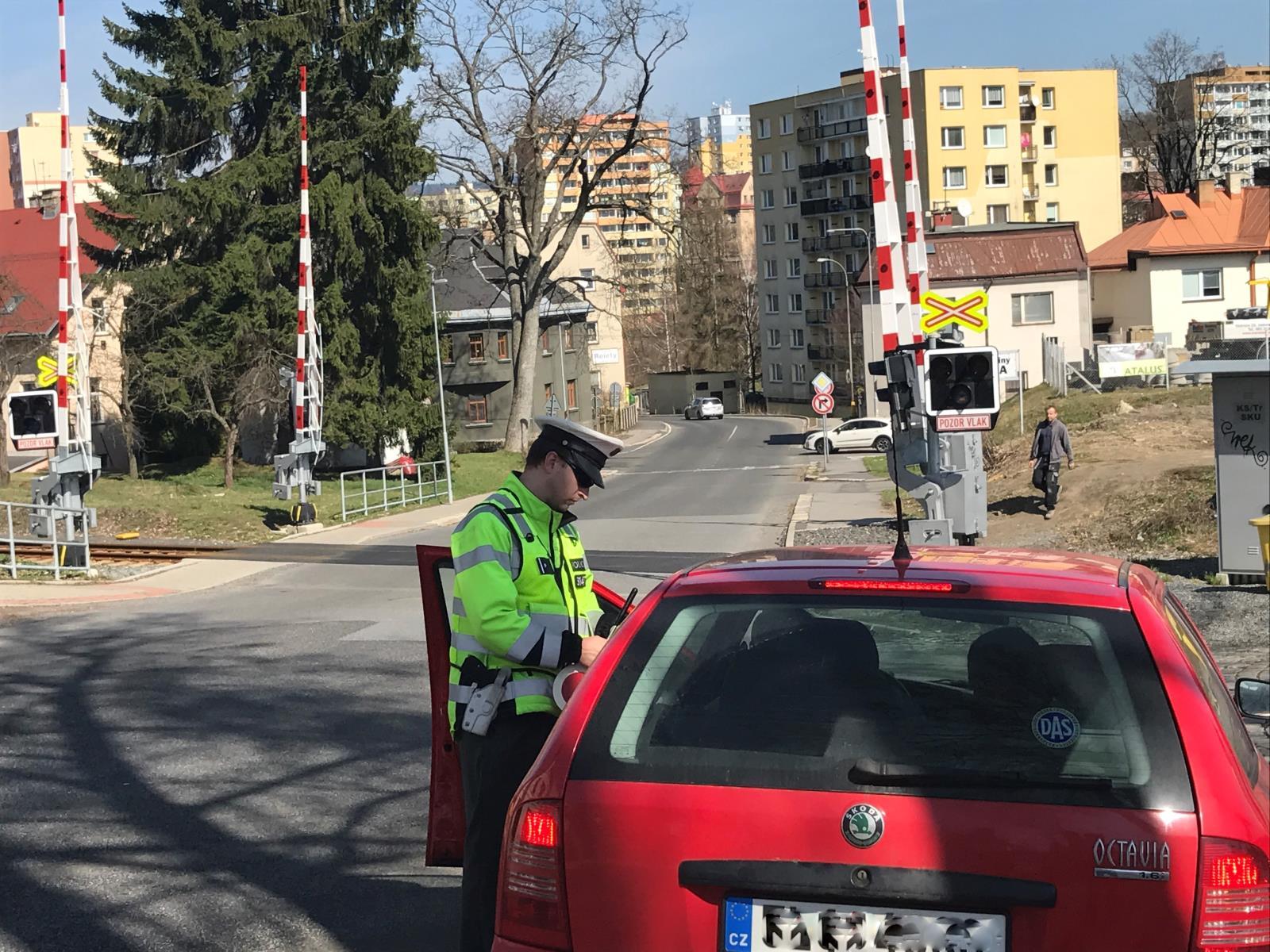 Kontroly policistů u přejezdů a na nástupištích<br />Autor: Archiv Policie ČR