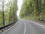 Místo mezi Jabloncem nad Jizerou a Poniklou, kde havaroval řidič, který se poté ze svodidel skutálel do koryta Jizery