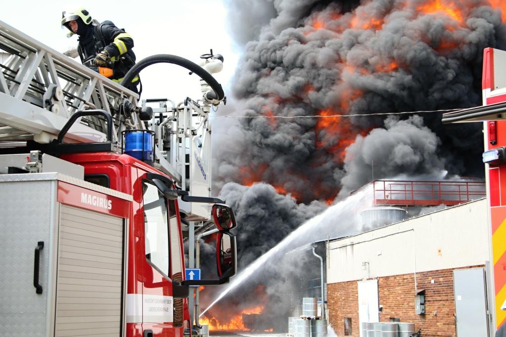 Požár v areálu Severochema Liberec<br />Autor: HZS Libereckého kraje, Zdenka Štrauchová a Radek Poloprutský