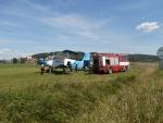 Plnění letounu, který pomáhal hasičům, na letišti ve Všeni