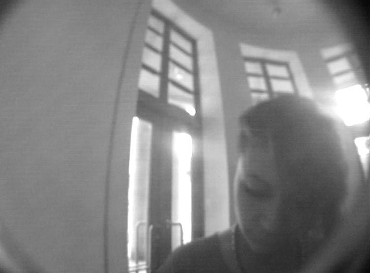 Fotografie ženy, která vybírá z bankomatu v Semilech zřejmě z cizího účtu