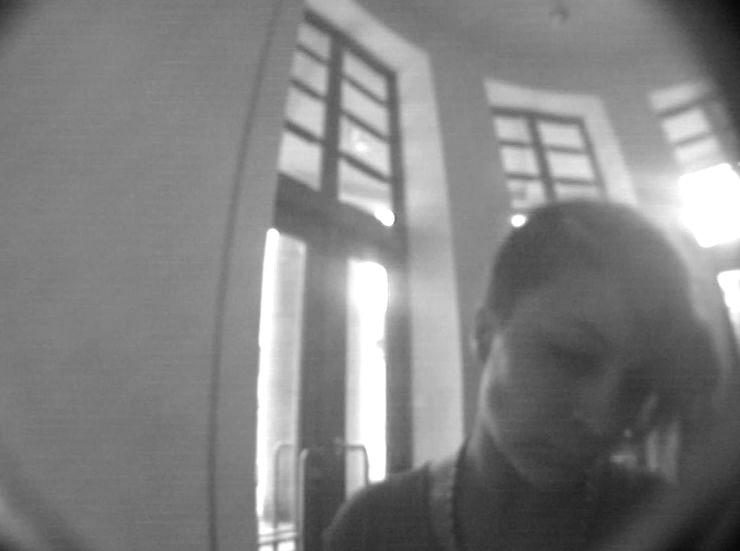 Fotografie ženy, která vybírá z bankomatu v Semilech zřejmě z cizího účtu<br />Autor: Archiv Policie ČR