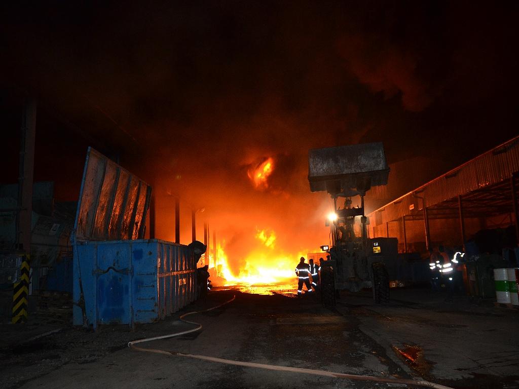 Zásah hasičů při požáru skladovací haly v Lomnici nad Popelkou<br />Autor: HZS Libereckého kraje
