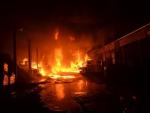 Zásah hasičů při požáru skladovací haly v Lomnici nad Popelkou