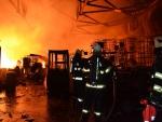 Hasiči celou noc zasahovali u požáru skladovací haly v Lomnici