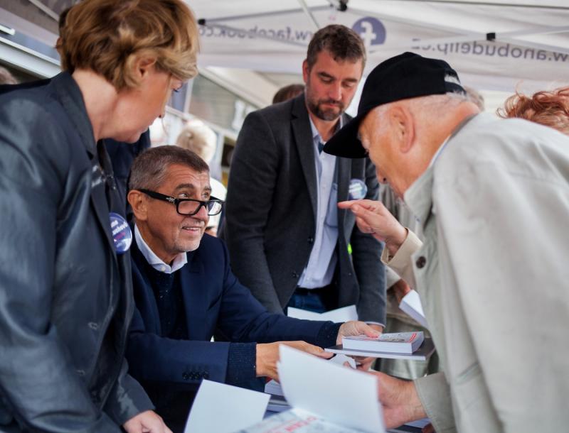 Andrej Babiš podepisuje svou knížku před obchodním centrem LBC v&nbsp;Liberci<br />Autor: Archiv Navimedia s.r.o.