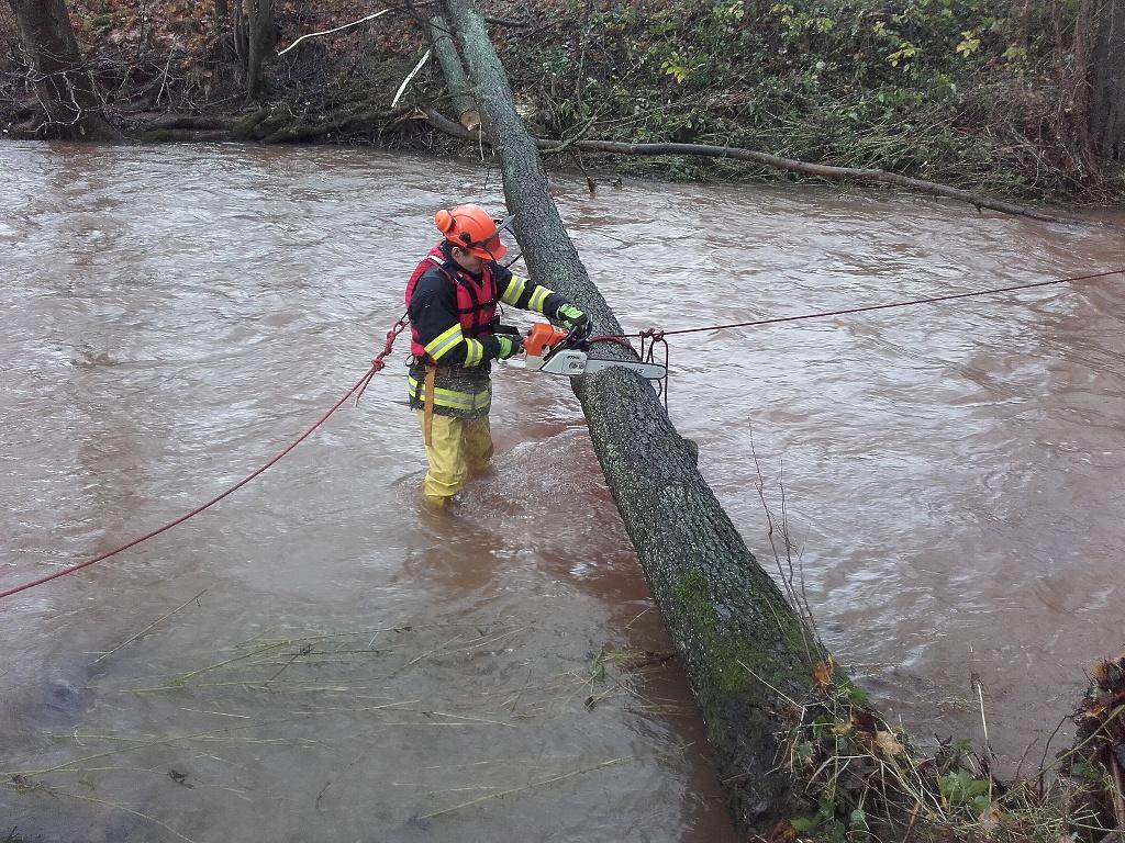 Vytažení stromu, který i s dráty uvízl v Košťálově v řece Olešce<br />Autor: HZS Libereckého kraje, stanice Semily