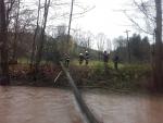 Vytažení stromu, který i s dráty uvízl v Košťálově v řece Olešce