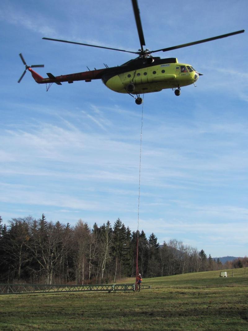 Oprava vedení vysokého napětí pomocí vrtulníku v Žacléři