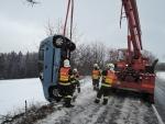 Na čerstvém sněhu řidiči bourali, k větší nehodě došlo v Proseči u Semil