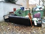Okolí kontejnerů na směsný a tříděný odpad není žádnou skládkou