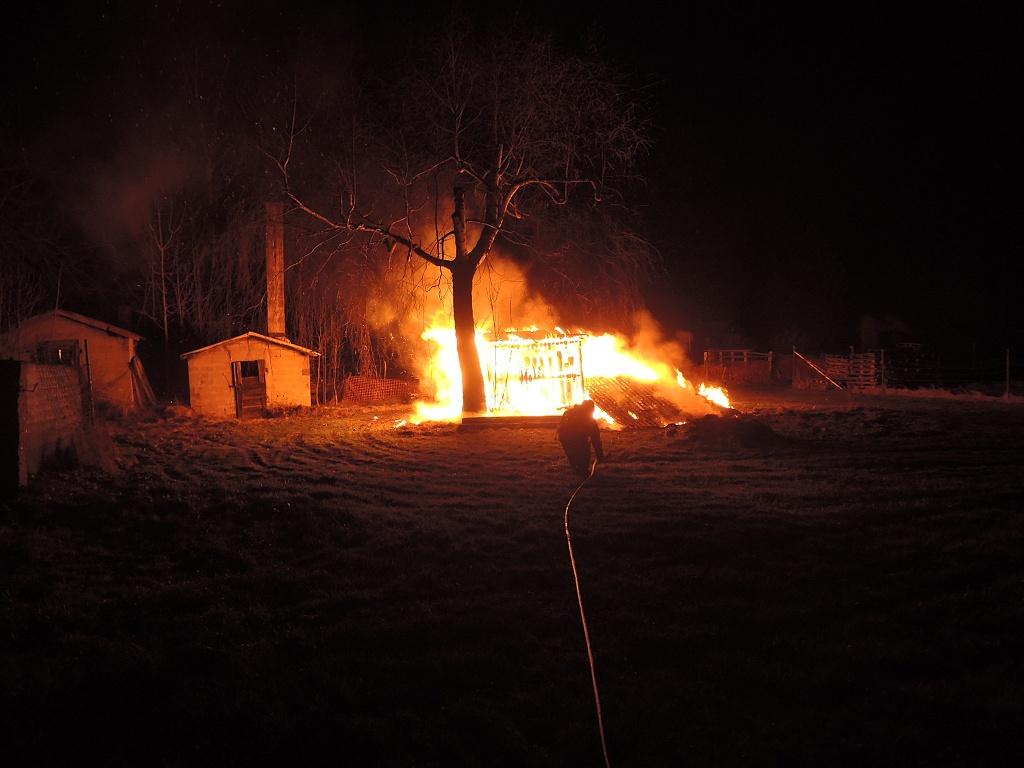 Požár chatky v Raspenavě v ulici Hejnická<br />Autor: HZS Libereckého kraje, stanice Liberec