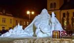 Sněhový Krakonoš na jilemnickém náměstí v noci