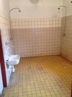 Původní stav sprch na Městském stadionu v Semilech