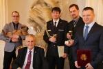 Zlaté záchranářské kříže převzali na Pražském hradě i hasiči z Pojizeří