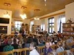 Na soutěži vypravěčů vTurnově předali žáci ze Žižkovky svou knihu