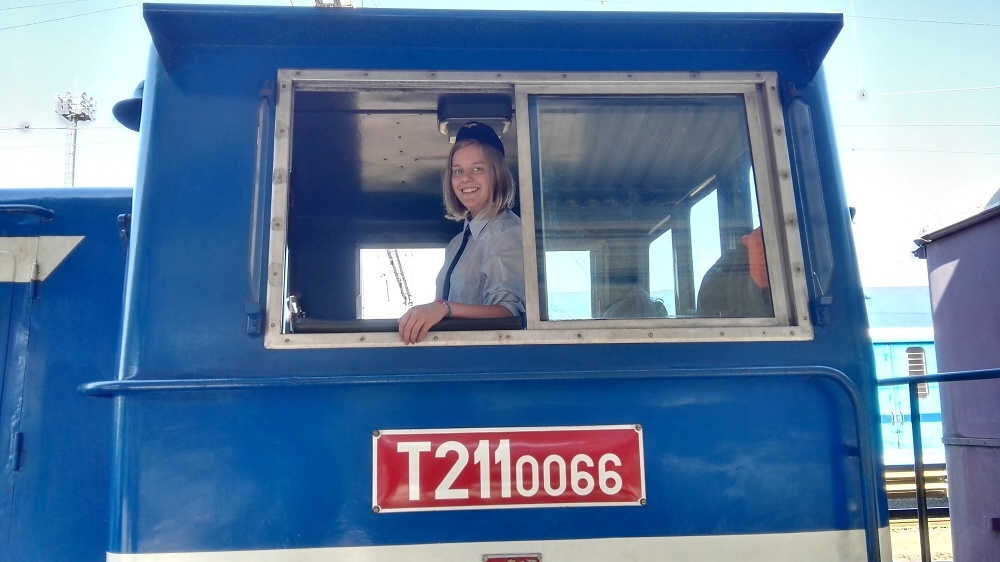 Lucie Pazderová jako průvodčí v historickém vlaku