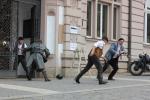 Inscenovaný boj o Spořitelnu na turnovském náměstí