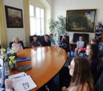 Deset žáků ze Žižkovky na návštěvě v kanceláři starosty Turnova