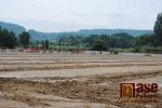 Stavba fotbalového hřiště s umělou trávou v Turnově v červnu 2018