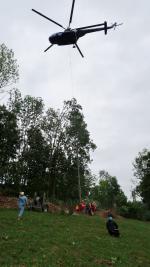 Stavba sloupů vedení vysokého napětí v Černém Dole v Krkonoších pomocí vrtulníku