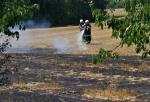 Požár pole v Radostné pod Kozákovem likvidovalo sedm jednotek hasičů
