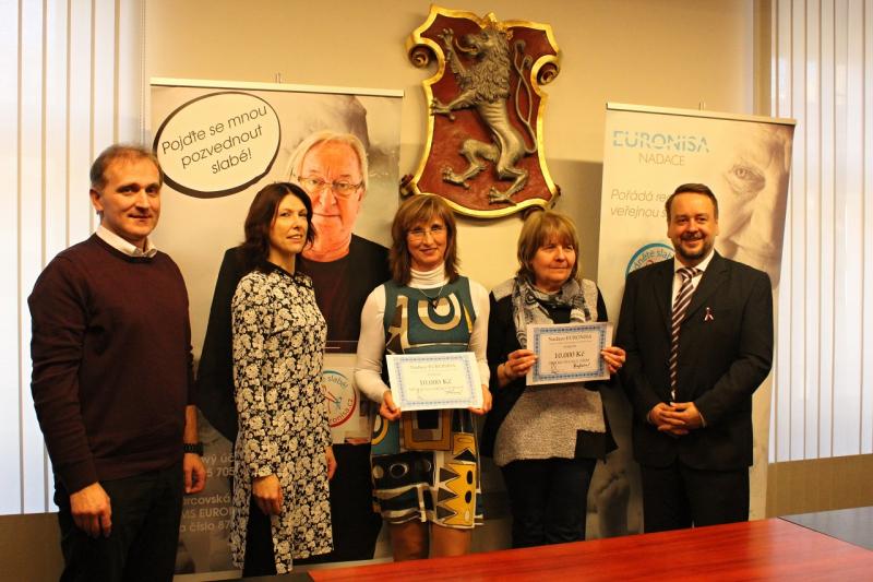 Předání šeků Nadace Euronisa dvěma neziskovým organizacím v Turnově