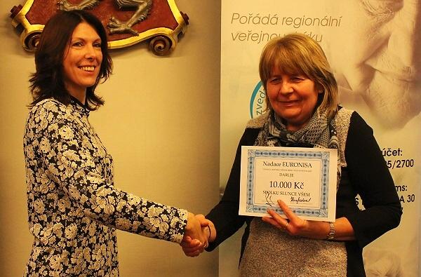 Předání šeků Nadace Euronisa dvěma neziskovým organizacím v Turnově<br />Autor: Zdenka Štrauchová