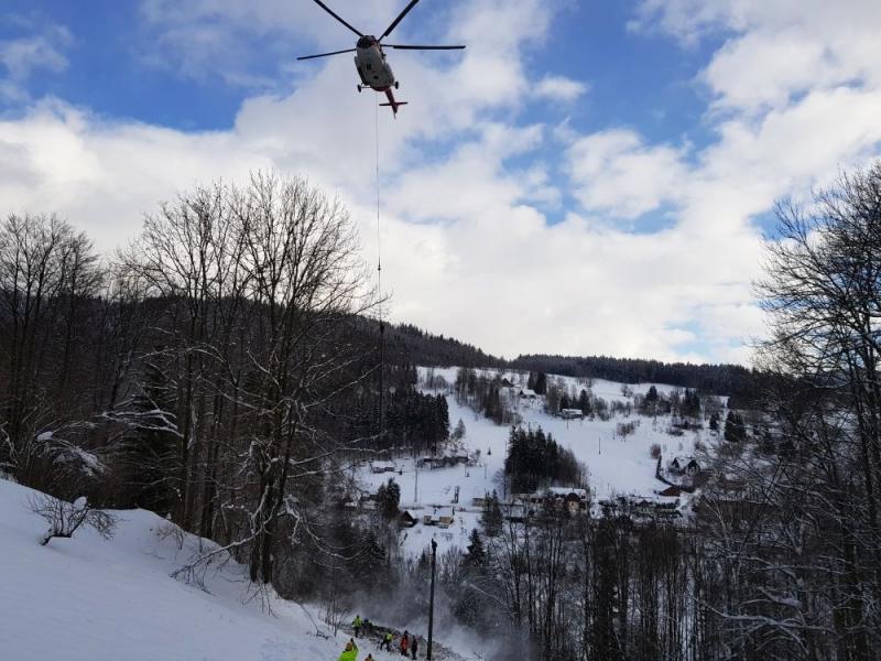 Vrtulník pomáhal při opravě vedení vysokého napětí v Pasekách nad Jizerou