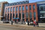 Fotografie místa a telefonní budky, ze které bylo na linku 158 anonymem oznámeno uložení výbušniny v OC Forum Liberec