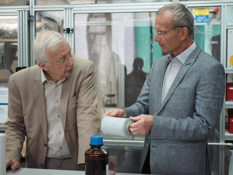 Prof. Jean-Marie Lehn a prof. David Lukáš diskutují nad unikátním nanovláknem<br />Autor: Archiv Technická univerzita Liberec