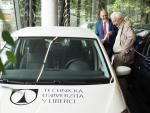 Prof. Lehn si prohlíží auto, které má dva předky