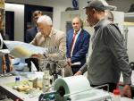 V laboratoři pro nanovlákna (zleva Pavel Mokrý, Jean-Marie Lehn, Miroslav Černík, Petr Mikeš)