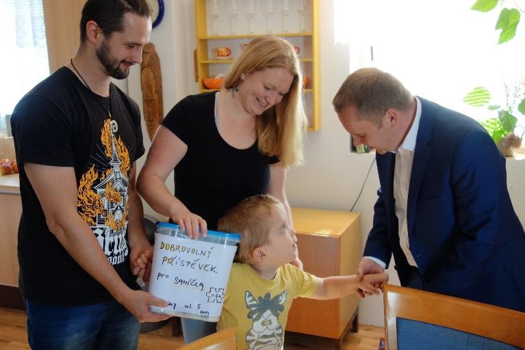 Předání daru malému Samuelovi