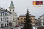 Vánoční strom na turnovském náměstí ve dne