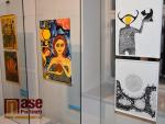 Bytosti z barevných obrazů Kateřiny Sidonové tančí v semilském muzeu